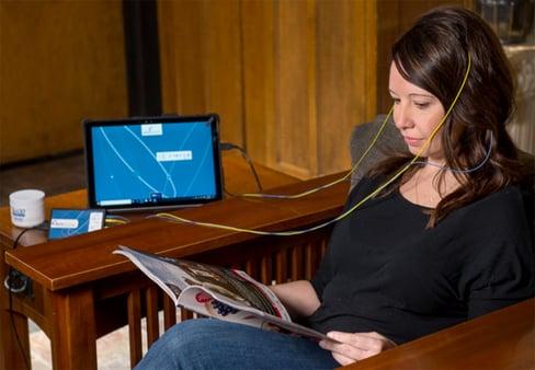 neuroptiomal-neurofeedback-training-at-home-session-while-reading-neurofeedbacktrainingco-900px